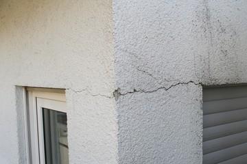 J'ai des lézardes sur ma maison à Rodez, puis-je faire un ravalement de façade ?
